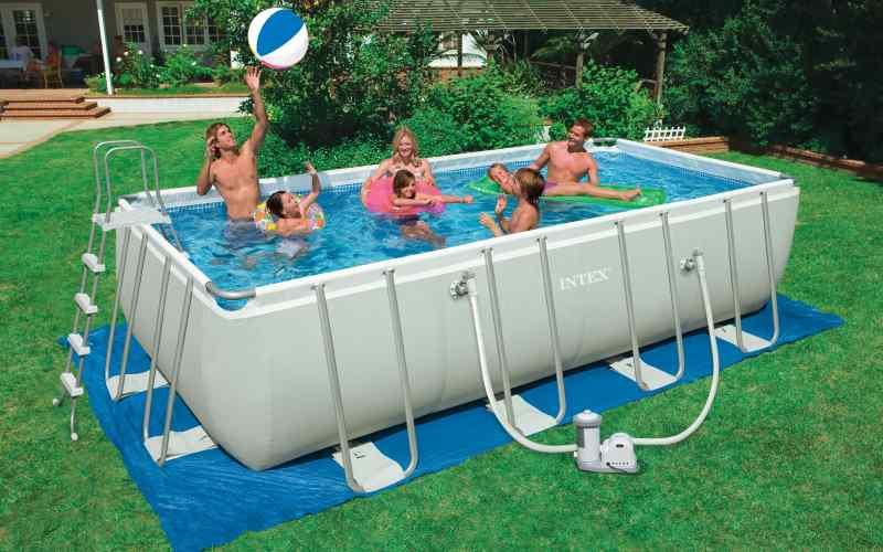 piscina in giardino con struttura in metallo rettangolare
