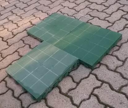 piastrelle in materiale plastico per isolare la cuccia dal suolo