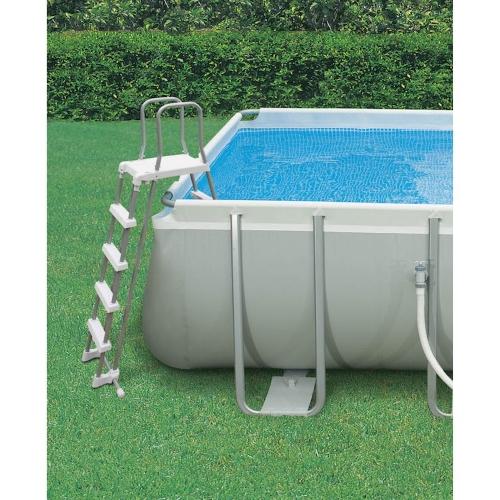 Dettaglio della scaletta inclusa nella vendita della piscina Intex Ultra Frame 732 x 366 x 122cm