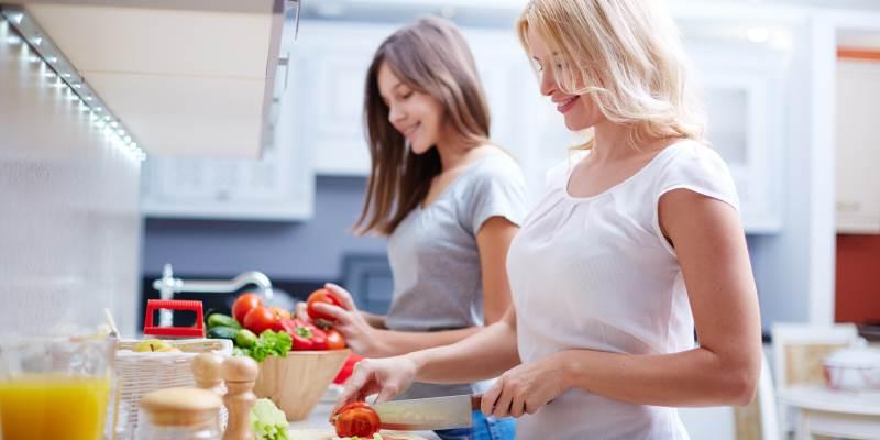 Carrelli da cuina: donne che preparano il pasto