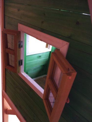 La finestra della casetta in legno LEWIS