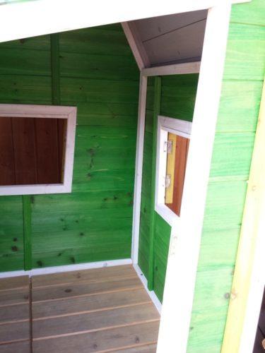 La casetta in legno su palafitta per bambini LEWIS è spazioso è accogleitne all'interno