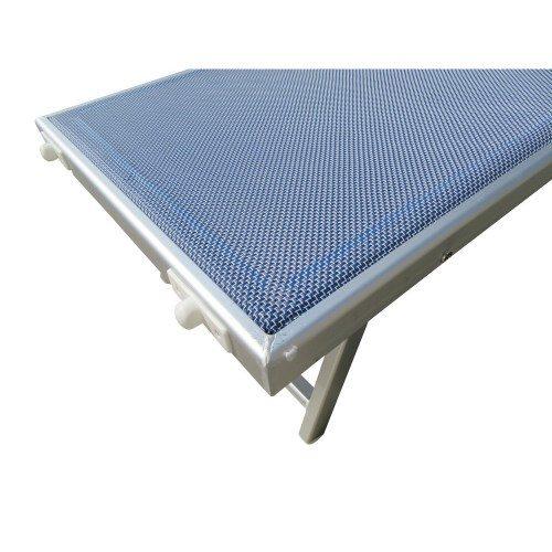 Foto del dettaglio sul bordo e del tessuto del lettino in textilene bianco e blu